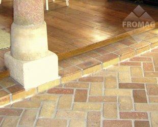 podłoga ze starej cegły żółta